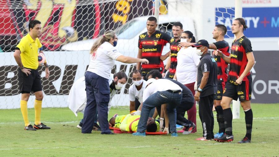 Carlos Eduardo, goleiro do Sport, recebendo atendimento após concussão - Marlon Costa/Futura Press/Estadão Conteúdo