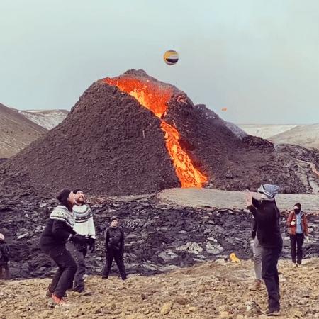 Grupo joga vôlei próximo a vulcão em erupção - Reprodução/Instagram