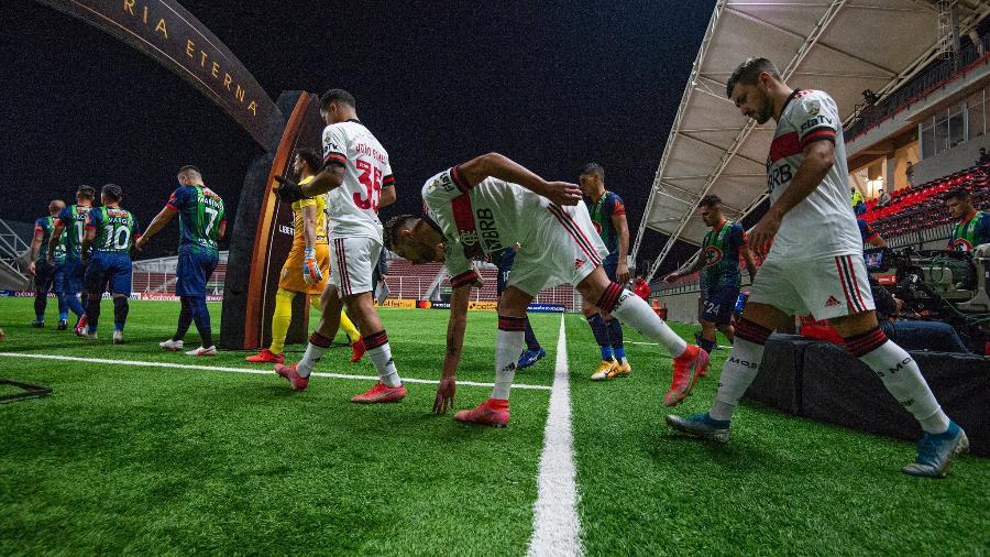 Jogadores do Flamengo entram no gramado para o jogo com o La Calera, no Chile, pela Libertadores - Alexandre Vidal / Flamengo
