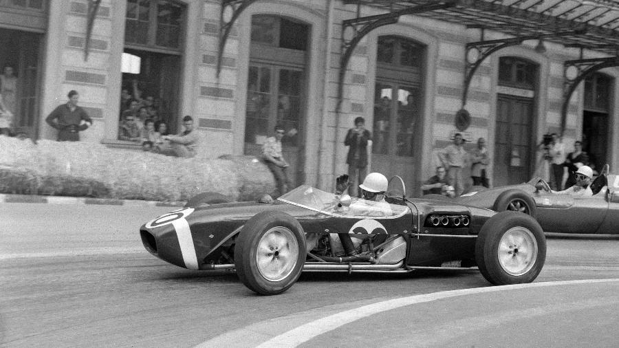 Stirling Moss, no GP de Mônaco de 1961, correndo com uma Lotus sem os painéis laterais  - Reprodução