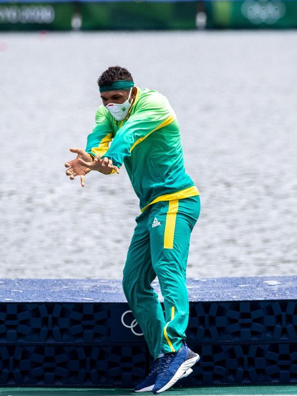 Isaquias Queiroz comemora o ouro no pódio do C1 1000m nas Olimpíadas de Tóquio