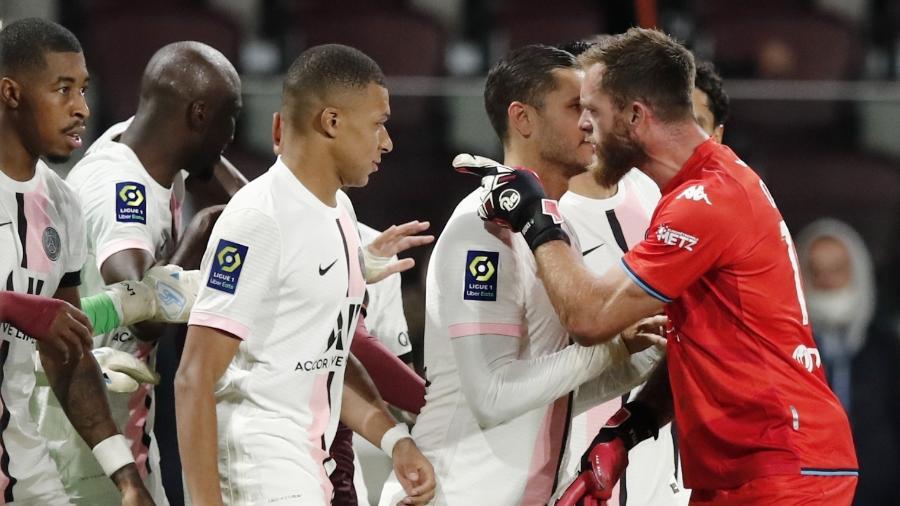 Mbappé provocou e acabou irritando o goleiro do Metz - REUTERS/Benoit Tessier