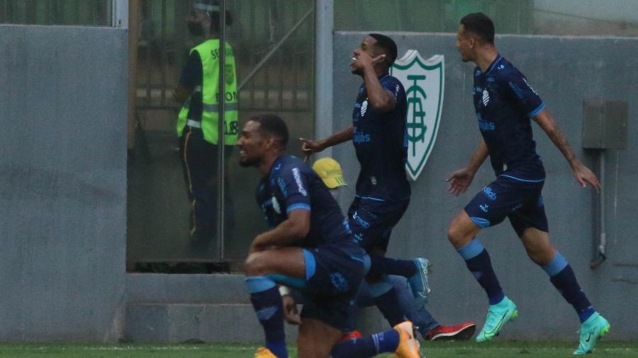Iury Castilho, do CSA, fez gesto em alusão ao telefonema de Thiago Neves para Zezé Perrella; jogador foi alvo de ataques racistas - Fernando Moreno/Fernando Moreno/AGIF