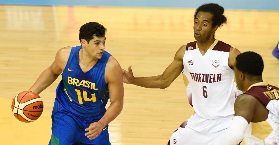 Leonardo tenta passar pela marcação venezuelana durante a partida do basquete masculino