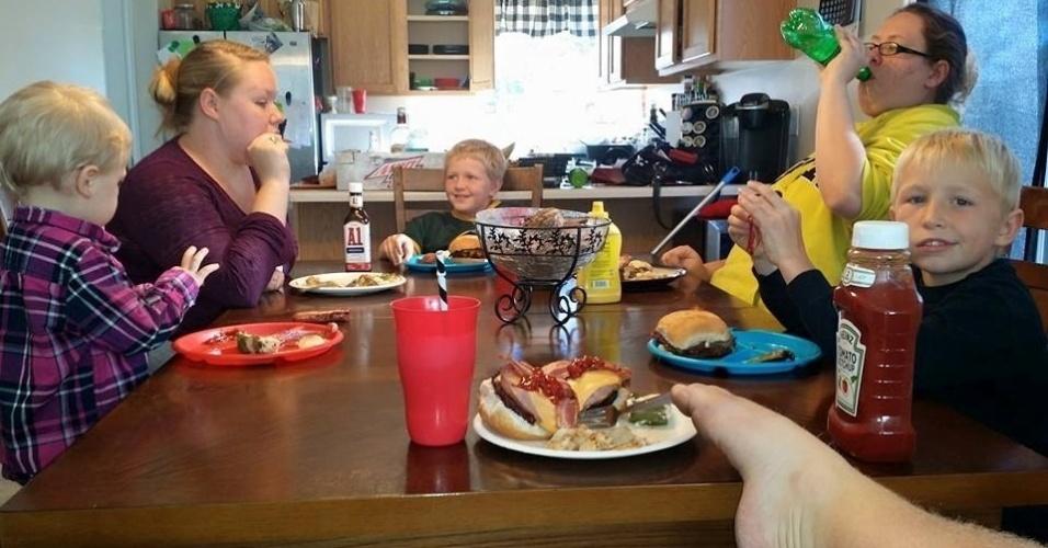Os pais nunca adaptaram nada e desde menino Matt aprendeu a se virar, incluindo segurar o garfo para comer