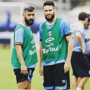 Douglas fazendo pose com Marcelo Oliveira em treinamento do Grêmio - Reprodução/Instagram