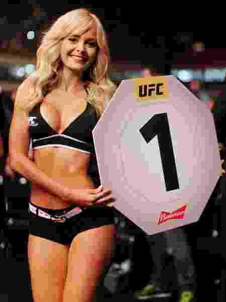 Jhenny Andrade posa para foto com a placa do primeiro round no UFC 198 - Heuler Andrey/UOL Esporte