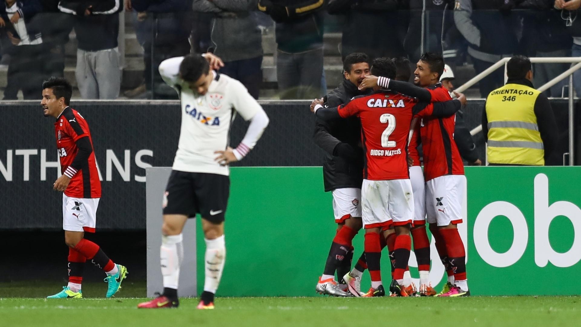 Jogadores do Vitória comemoram gol marcado contra o Corinthians