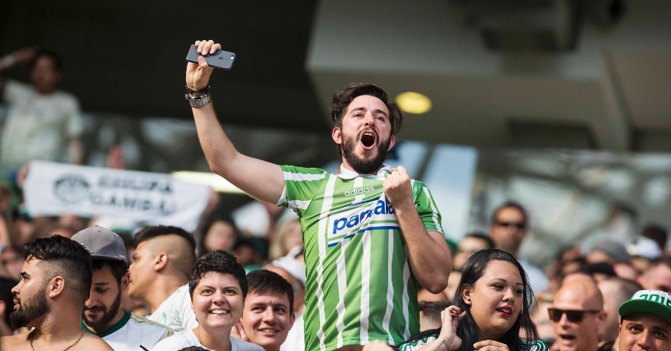 Torcedor comemora gol do Palmeiras contra a Chapecoense no Allianz Parque