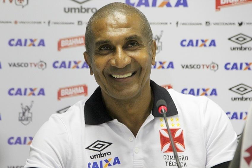 Cristóvão Borges sorri durante entrevista coletiva no Vasco