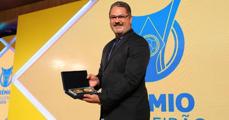 Rogério Micale, técnico da seleção olímpica, recebeu uma medalha comemorativa por causa da conquista do ouro nos Jogos Olímpicos