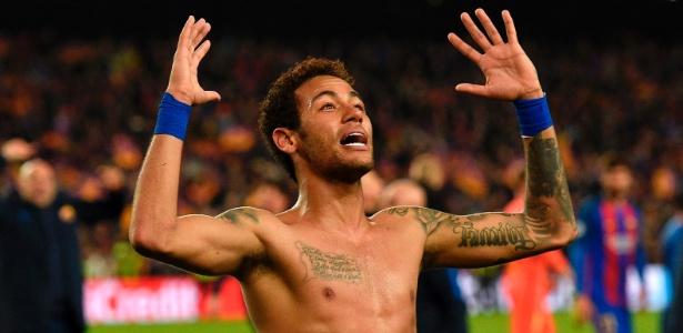 Neymar, atacante do Barcelona, comemora sem camisa após a vitória por 6 a 1 contra o PSG