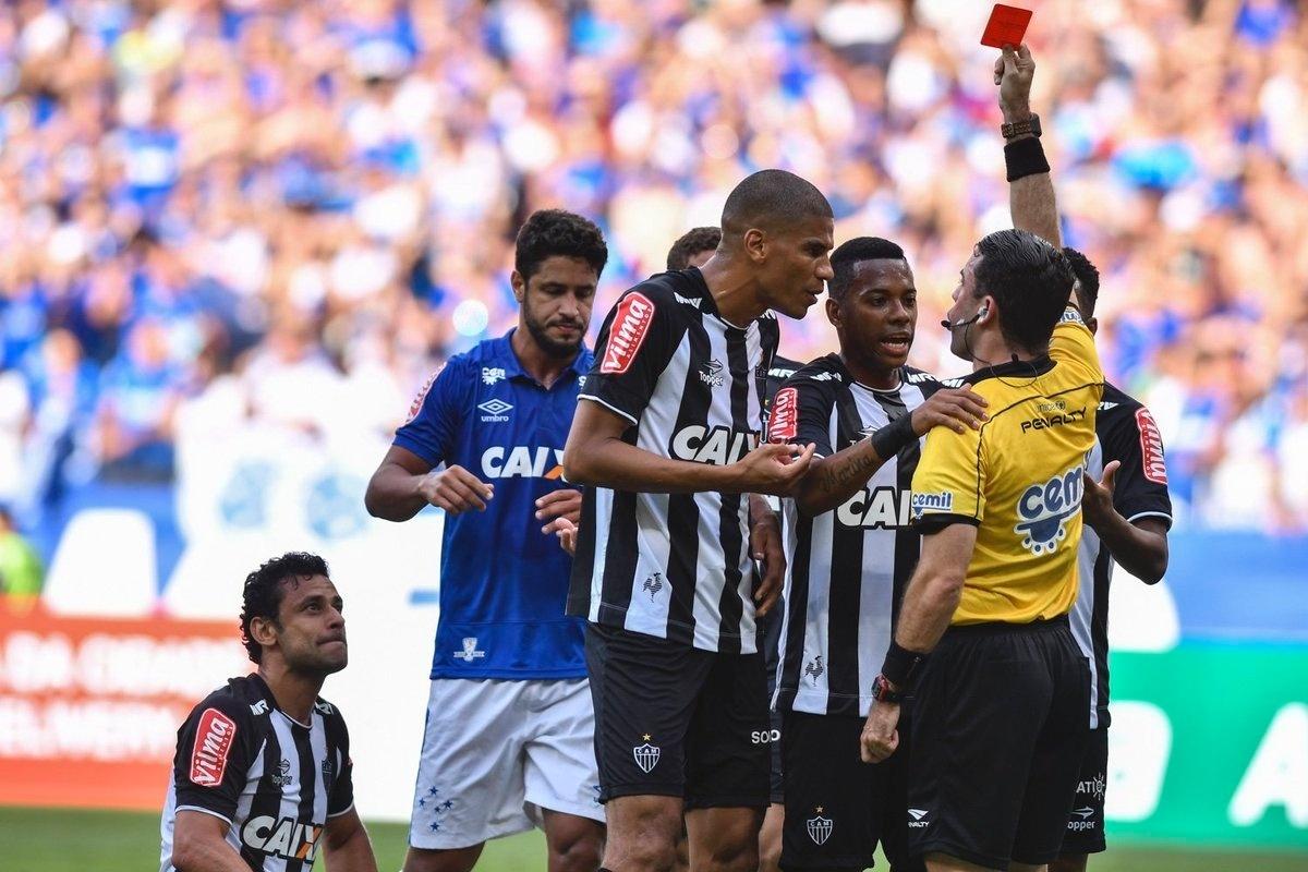 Fred recebeu vermelho por dar um soco em Manoel, no clássico Cruzeiro x Atlético-MG