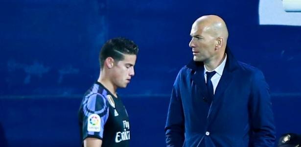 James Rodríguez, em sua época de Real Madrid, passa em frente a Zidane