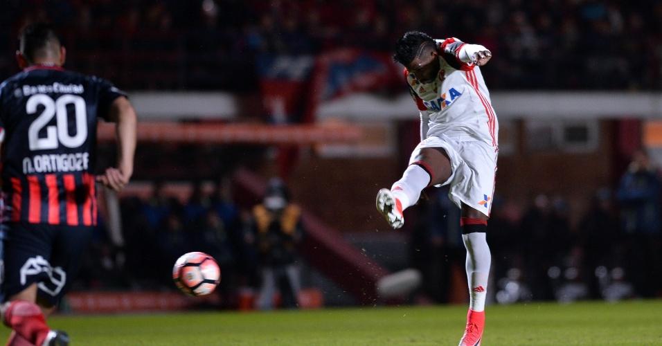 Rodinei marca o primeiro gol do Flamengo contra o San Lorenzo