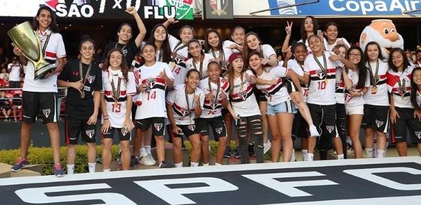 Meninas do sub-15 foram homenageadas no intervalo de jogo no Morumbi