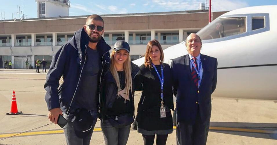 Gerard Piqué e sua esposa, Shakira, chegam a Rosário para o casamento de Messi