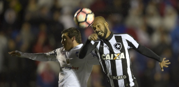 Bruno Silva disputa bola em jogo do Botafogo pela Libertadores