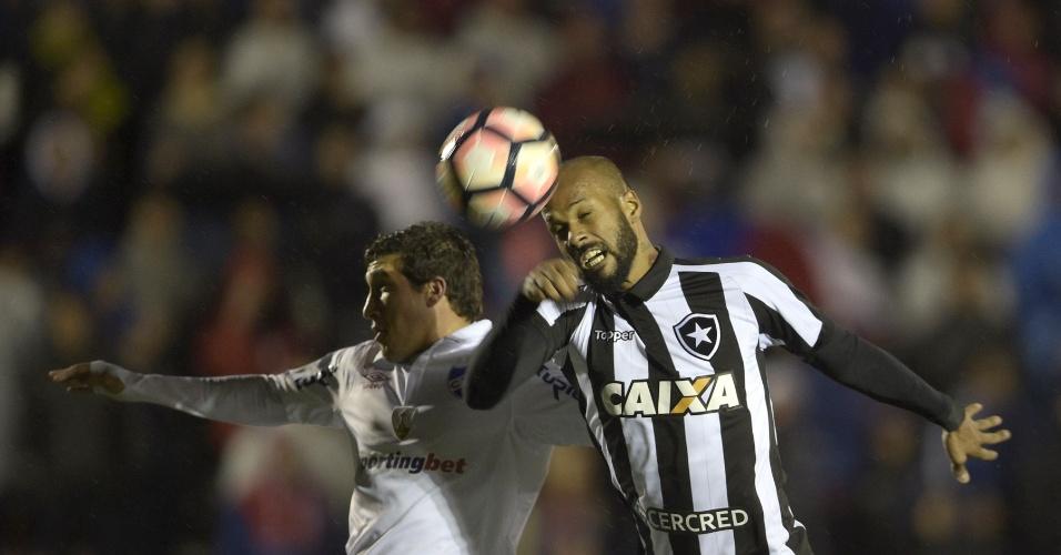 Bruno Silva disputa em jogo entre Nacional e Botafogo pela Libertadores