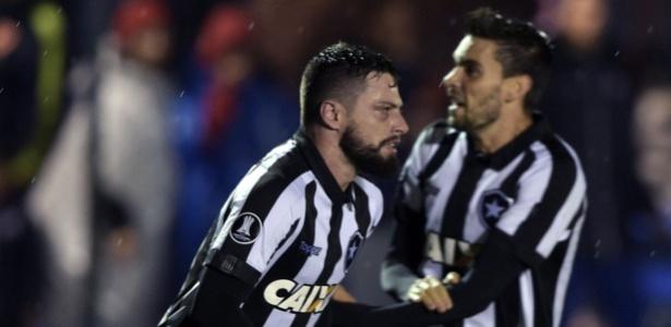 João Paulo e Rodrigo Pimpão comemoram gol do Botafogo contra o Nacional na Libertadores