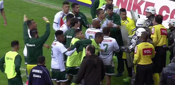 Jogadores do Luverdense se revoltam com marcação da arbitragem