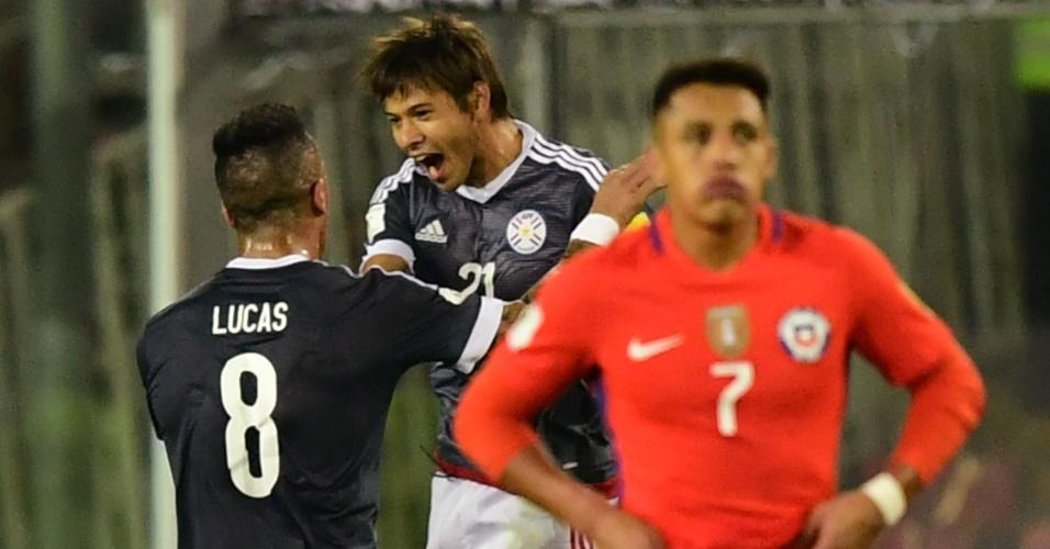 Óscas Romero e Lucas Barrios comemoram gol do Paraguai contra o Chile