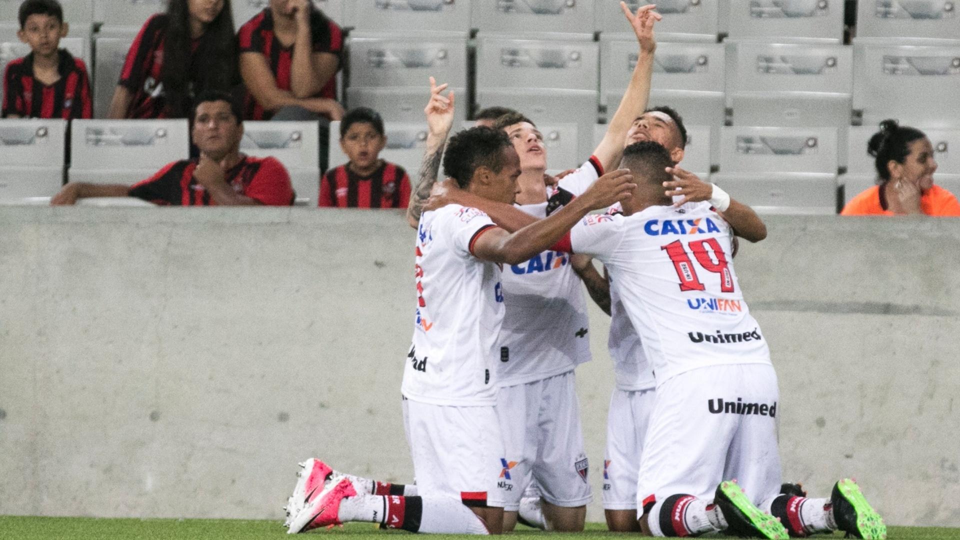 Luiz Fernando abriu o placar para o Atlético-GO contra o Atlético-PR