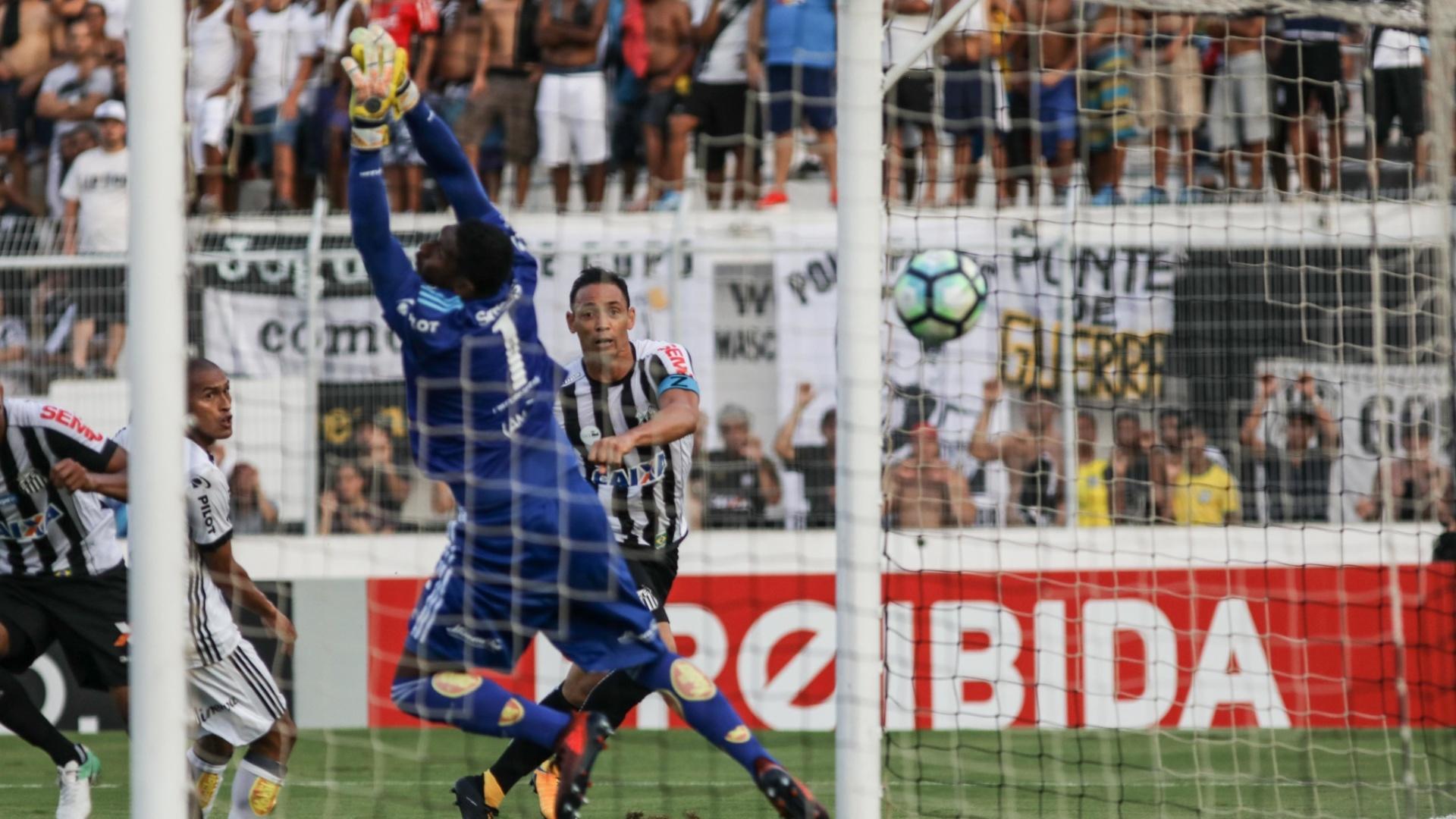Aranha, da Ponte Preta, não consegue evitar o gol de Ricardo Oliveira para o Santos