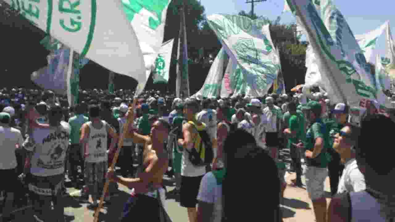 Torcedores alviverdes fecharam parte da avenida que dá acesso ao CT alviverde - Leandro Miranda/UOL
