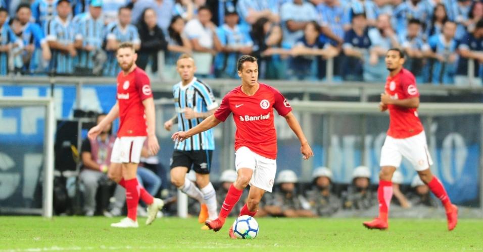 Juan Alano controla a bola durante disputa do clássico Gre-Nal e ganha espaço no Inter