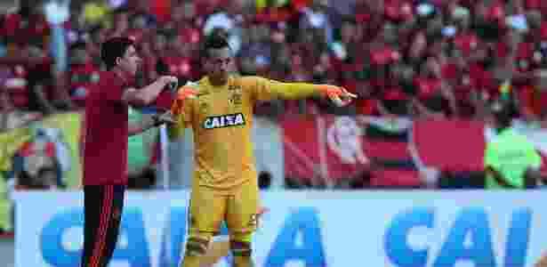Diego Alves conversa com o técnico Maurício Barbieri: próximo de recorde histórico - Gilvan de Souza/Flamengo