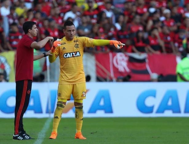 Diego Alves conversa com o técnico Maurício Barbieri: próximo de recorde histórico