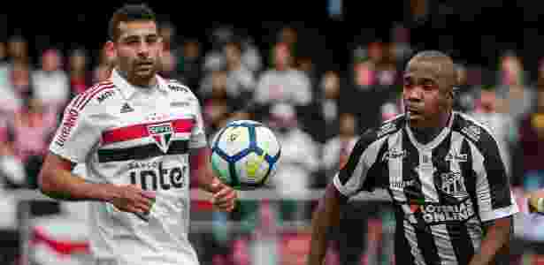 Diego Souza e Fabinho disputam bola durante São Paulo x Ceará - Ale Cabral/AGIF