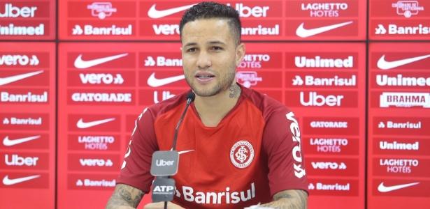 Lateral direito Bruno apresentado pelo Internacional no CT do clube