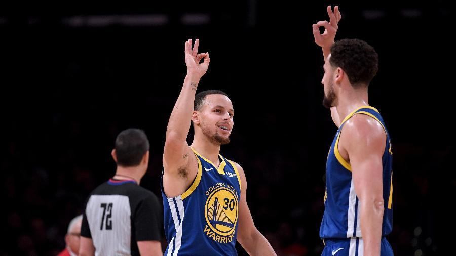 Stephen Curry e Klay Thompson comemoram em vitória dos Warriors sobre os Lakers -  Harry How/Getty Images/AFP