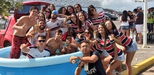"""Torcida do Santa Cruz entra no clima """"piscininha amor"""" antes de jogo com o Bahia - Reprodução Twitter"""