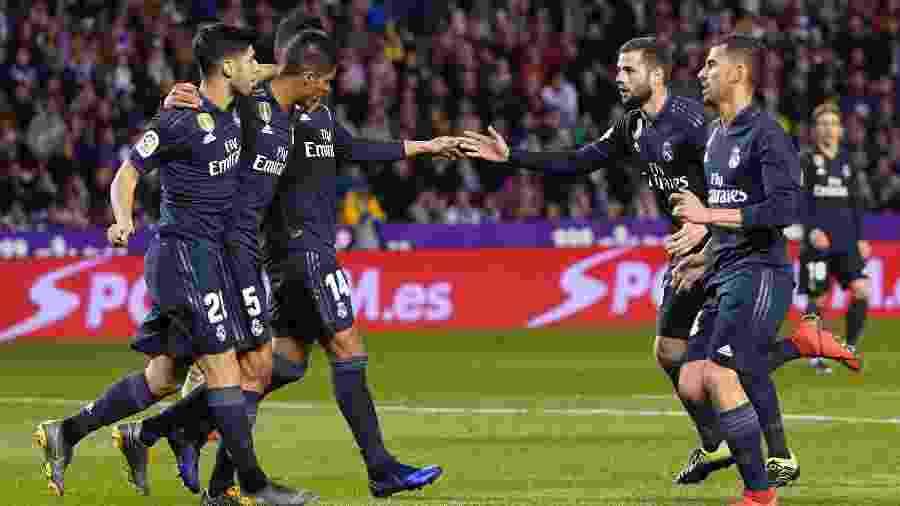 Jogadores do Real Madrid celebram gol de Varane - CESAR MANSO / AFP