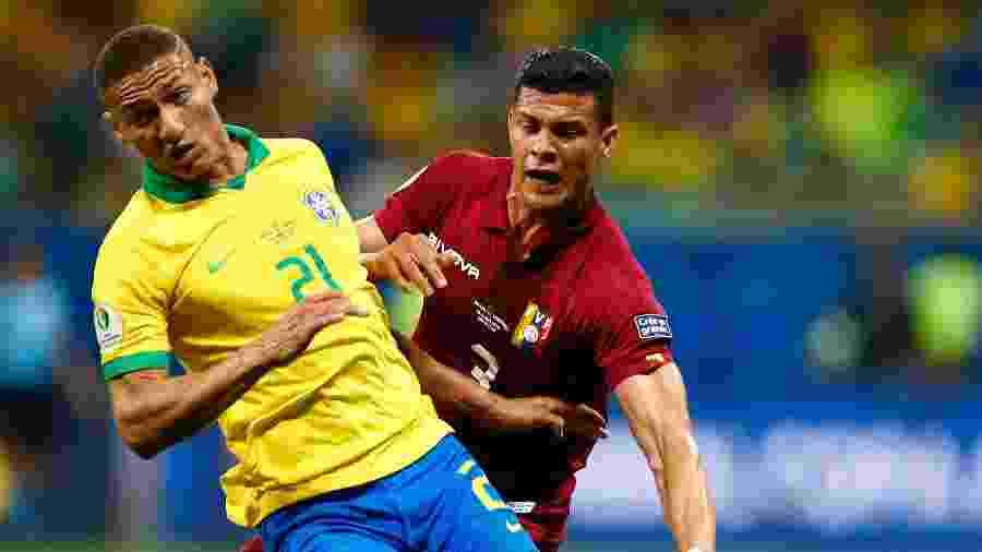 Richarlison disputa lance no jogo contra a Venezuela na Copa América deste ano - Thiago Calil/AGIF