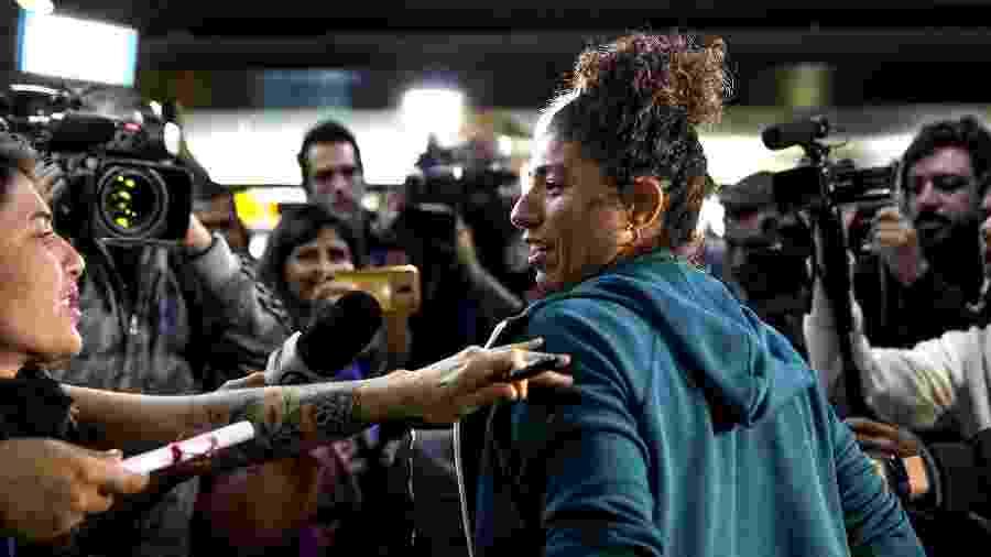 Cristiane durante desembarque da seleção feminina - Jardiel Carvalho/UOL