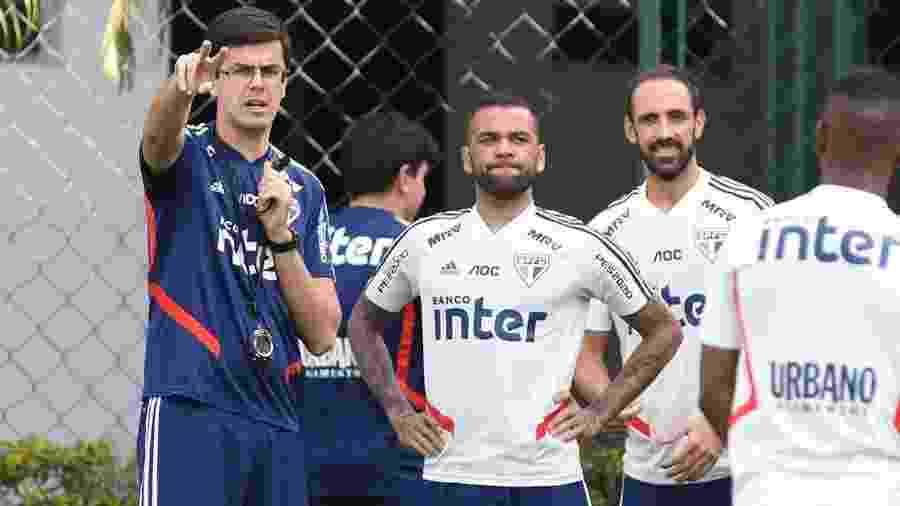 Daniel Alves e Juanfran em treino do São Paulo - Rubens Chiri/saopaulofc.net