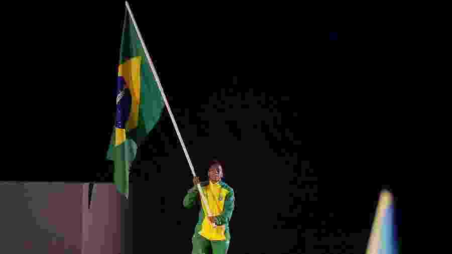 Judoca Rafaela Silva puxa a fila dos atletas brasileiros na cerimônia de encerramento do Pan de Lima - Alexandre Loureiro/COB