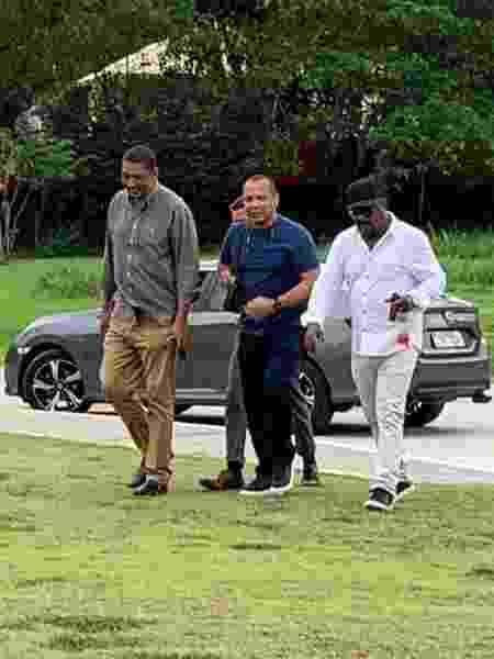 Neymar Pai (centro) visitou CT do Flamengo ao lado de Marcão (d), pai de Gerson - UOL