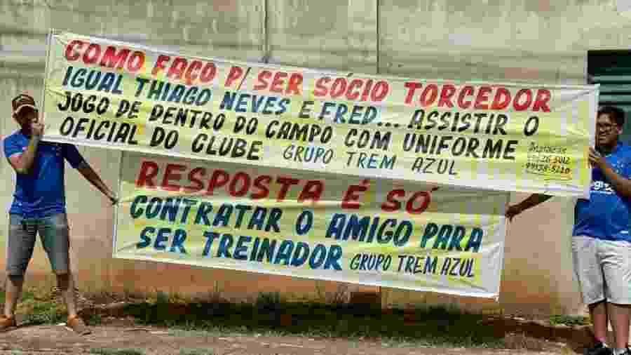 Fora da Toca da Raposa, insatisfação da torcida e faixas de protestos. Dentro, mensagens de apoio - Reprodução/Internet