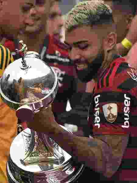"""Gabigol """"namora"""" a taça da Libertadores após conquista - Cris Bouroncle/AFP"""