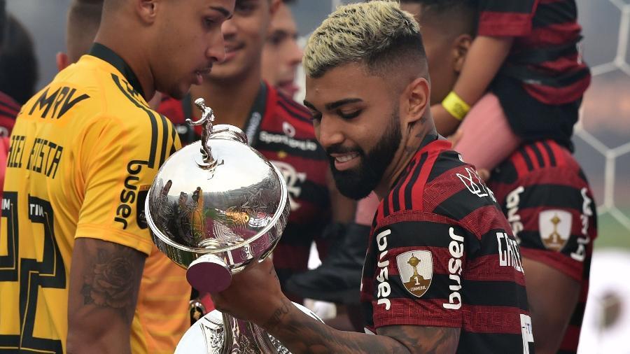 """Gabigol """"namora"""" a taça da Libertadores após conquista. Jogador fica no Flamengo - Cris Bouroncle/AFP"""