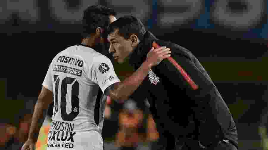 Jadson conversa com Fabio Carille, durante jogo do Corinthians pela Libertadores de 2018 - Gabriel Aponte/Getty Images