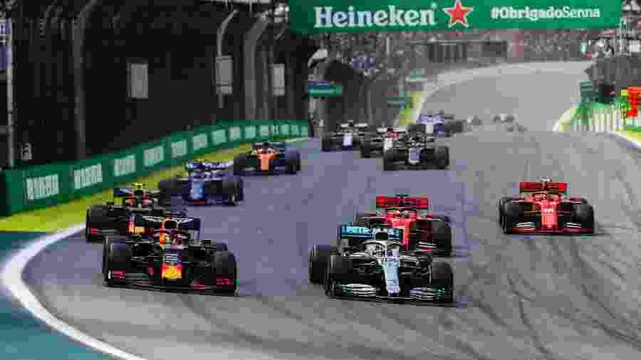 Max Verstappen e Lewis Hamilton dividem a primeira curva na largada do GP Brasil de 2019 - Lat Images