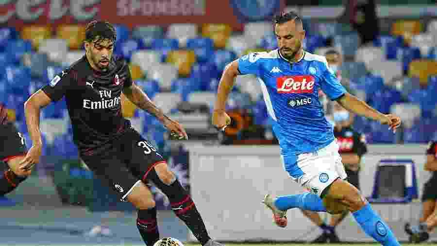 Lucas Paquetá carrega a bola pelo Milan e é acompanhado por Nikola Maksimovic, do Napoli - MB Media/Getty Images