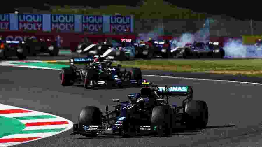 Valtteri Bottas larga na frente no GP da Toscana; acidente acontece nas posições inferiores - Clive Mason - Formula 1/Formula 1 via Getty Images