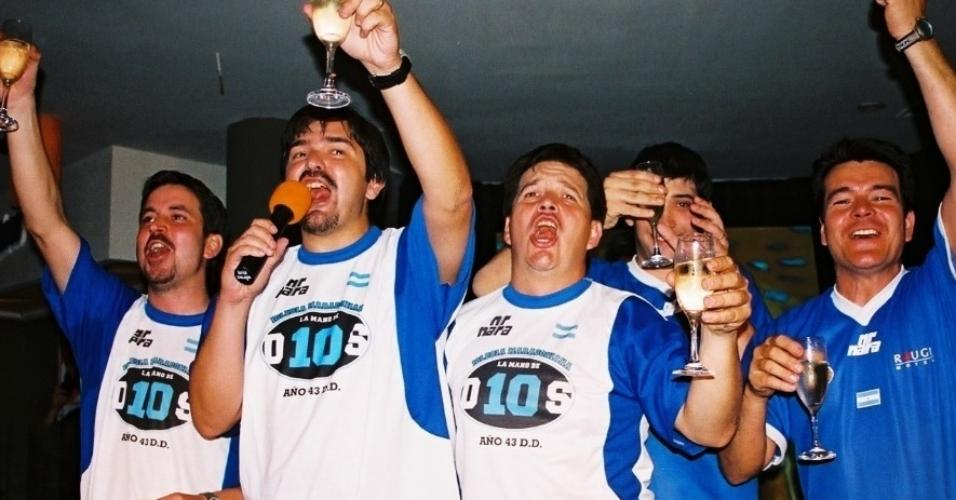 Hernan Amez (com o microfone na mão), fundador da Igreja Maradoniana, em celebração ao ídolo Maradona